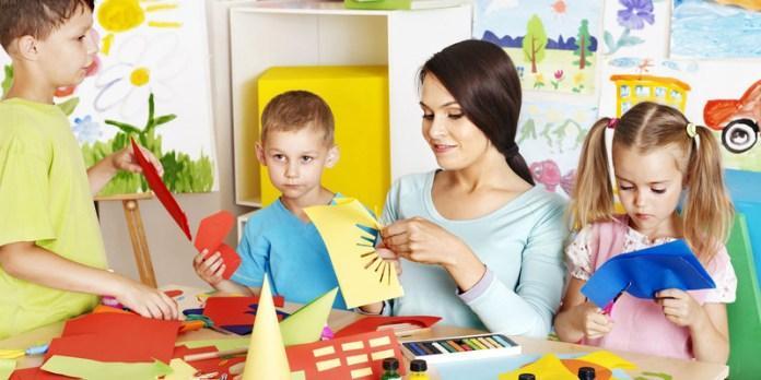 Una tagesmutter deve organizzare attività creative ed educative per i bambini
