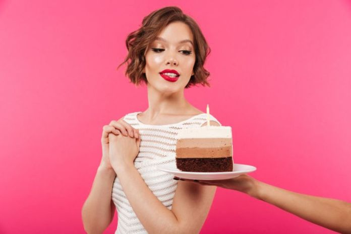 cose da non fare durante il ciclo: evitare cibi troppo ricchi di zucchero