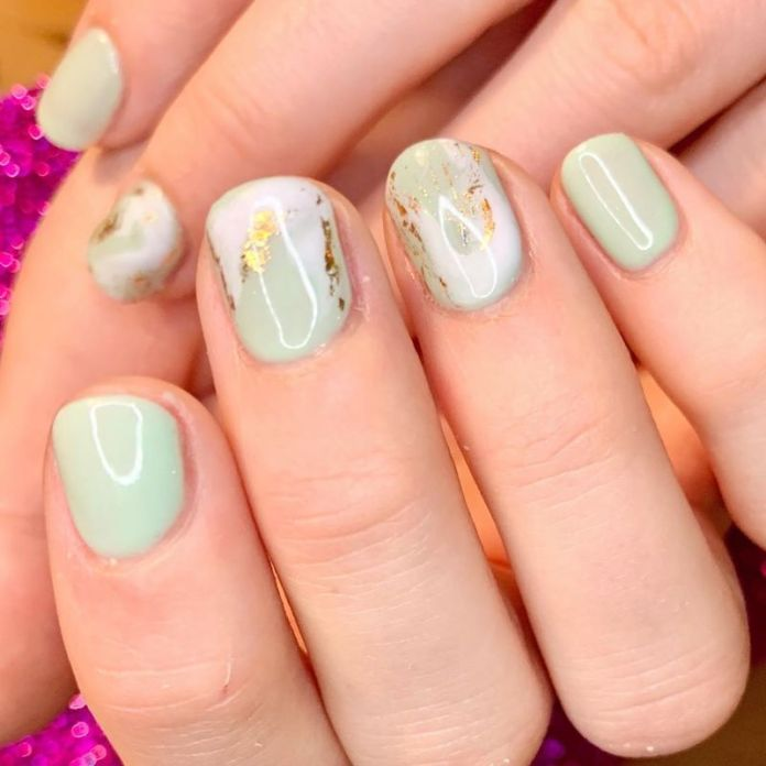 cliomakeup-unghie-autunno-2020-marble-nails-teamclio-10