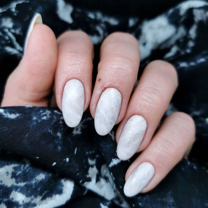 cliomakeup-unghie-autunno-2020-marble-nails-teamclio-12