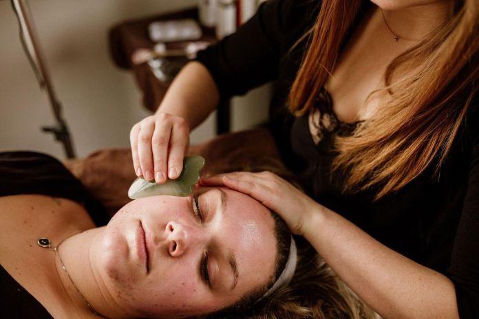 Cliomakeup-prodotti-beauty-famosi-su-tiktok-massaggio-gua-sha