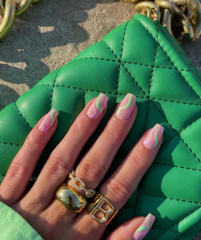 Cliomakeup-unghie-estive-semplici-2021-Swirl-Nails-rosa-verde