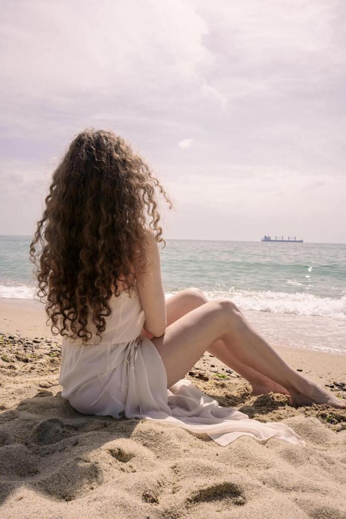 cliomakeup-cura-capelli-ricci-estate-spiaggia