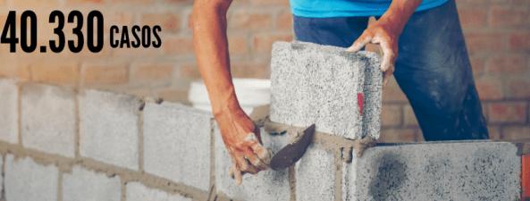 Homem acimentando um tijolo em uma obra, representando um servente de obras. Número 40.330 casos.