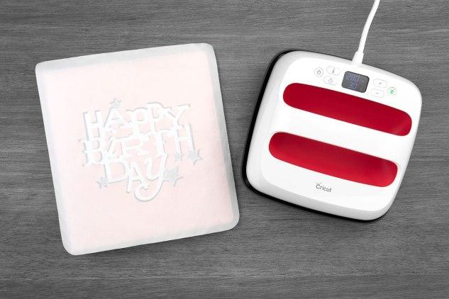 Heat Transfer Vinyl Tips #ctmh #closetomyheart #heattransfervinyl #diy #vinyl #vinyltips #heatpress #cricut #scrapbooking #albumcovers #scrapbookalbum #scrapbook #cardmaking #papercrafting #htv #heatpress #easypress #giveaway #free