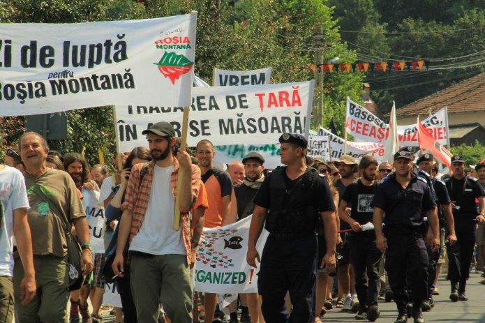 Marș de protest împotriva preconizatului proiect minier și în special a intenției Guvernului Ponta de a propune o lege specială pentru a facilita avizarea unui proiect distructiv care se suprapune peste proprietățile private ale oamenilor din Roșia Montană și peste zone care fac parte din patrimoniul național.