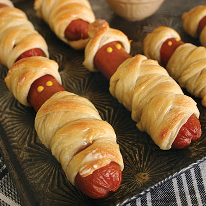 oh mummy hot dogs x 25 Good, Gross, and Ghoulish Halloween Party Food Ideas