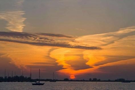 Zonsopkomst boven het IJ-meer. Het is moeilijk voorspelbaar: soms is een zonsopkomst of zonsondergang saai, soms spectaculair. Deze was onverwacht spectaculair. Ik moest er wel vroeg voor op staan. Nikon D80 • ISO 100 • f/9 • 1/160 @ 85mm.