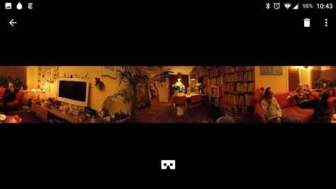 Een virtueel panorama van een huiskamer, voordat je de mobiele  telefoon in je bril stopt.