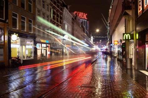 Voor de lichtstrepen van deze tram is slechts vier seconden belicht (32 mm, f/8, 4 sec, ISO 100).