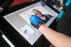 Een Wacon-artiest op de stand van Adobe.