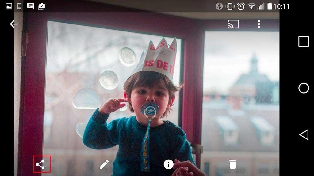 Als je een foto open hebt in Google Foto's, zie je linksonder het tekentje om je foto's mee te kunnen delen.