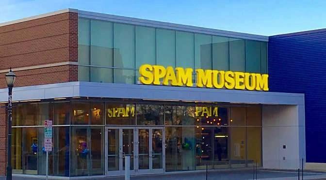 Voordat digitale spam iets is dat je alleen in een museum ziet zal nog wel even duren (bron afbeelding: https://commons.wikimedia.org/wiki/File:Spam_Museum_in_evening.jpg)