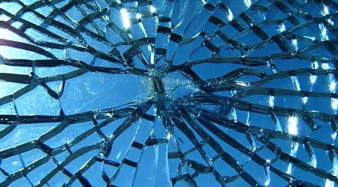 Een verlengde garantie kan hoge kosten bij reparaties voorkomen (bron afbeelding: https://commons.wikimedia.org/wiki/File:Broken_glass.jpg)