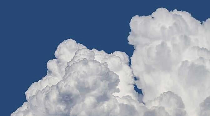 Cloudopslag heeft voor- én nadelen (bron afbeelding: https://pixabay.com/nl/wolken-wolken-vormen-cloud-mountain-1439324/)