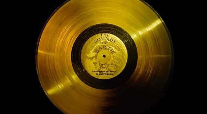 De beroemde gouden plaat op de Voyager 1 (bron afbeelding: https://upload.wikimedia.org/wikipedia/commons/7/7b/The_Sounds_of_Earth_-_GPN-2000-001976.jpg)