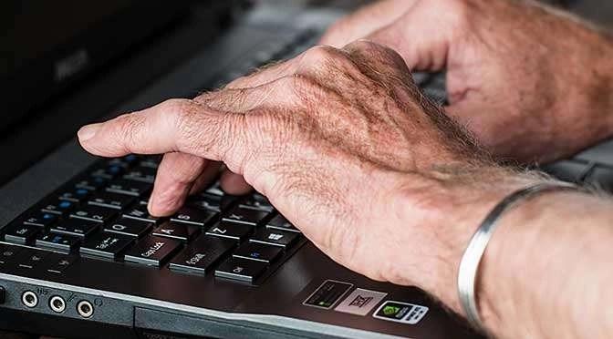 Facebook vergrijst steeds sneller (bron afbeelding:https://pixabay.com/nl/handen-oude-te-typen-laptop-545394/)