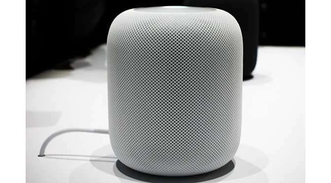 De HomePod van Apple is een nieuwe 'slimme' speaker (bron afbeelding: https://commons.wikimedia.org/wiki/File:An_Apple_HomePod_speaker_.png)