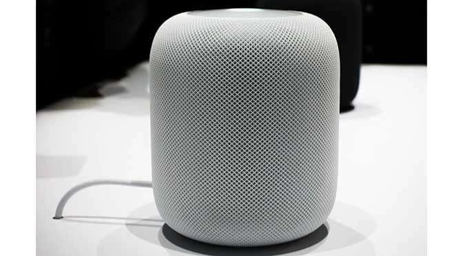 De HomePod van Apple is een nieuwe 'slimme' speaker (bron afbeelding: https://commons.wikimedia.org/wiki/File:An_Apple_HomePod_speaker_.png)