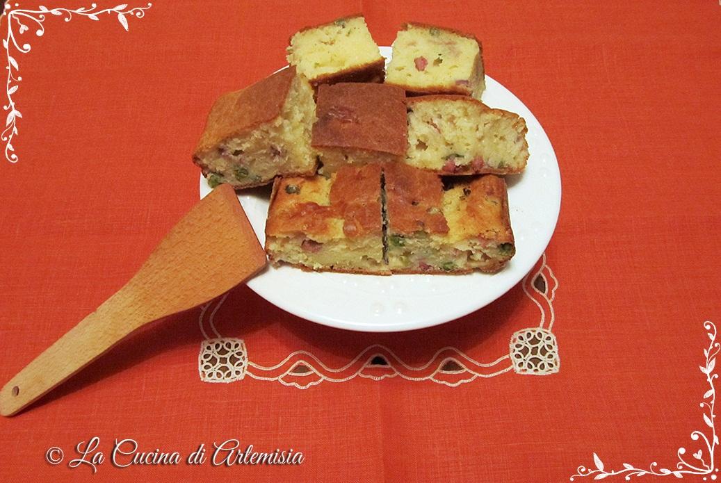 Torta salata con pancetta, piselli e provola