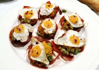 Crujientes de jamón con habas baby y huevo de codorniz
