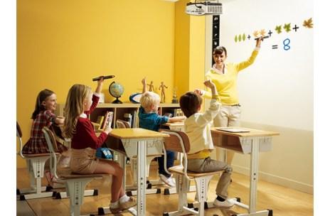 projetor em ambiente educacional