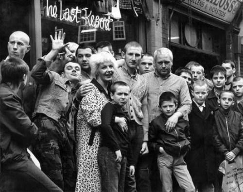 Margaret e Micky French di fronte al proprio negozio con alcuni skinhead
