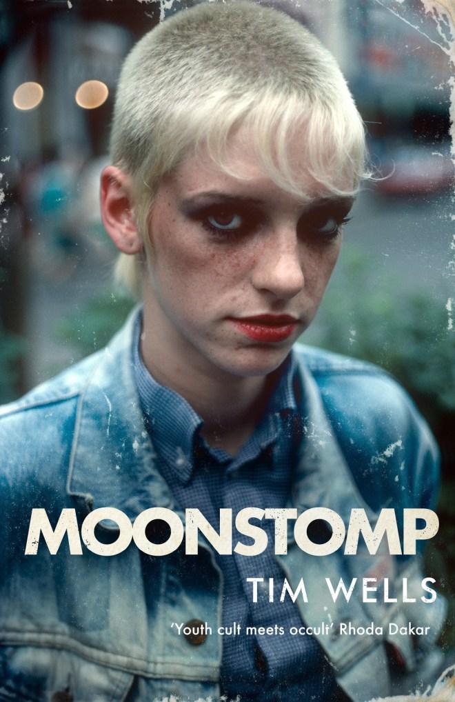 """Il libro pulp horror di Tim Wells, """"Moonstomp"""", con una skingirl in copertina"""