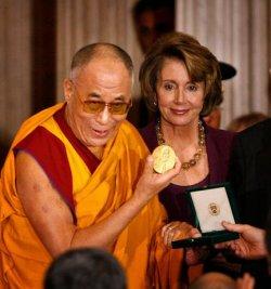 Une médaille en chocolat pour le Dalaï Lama...