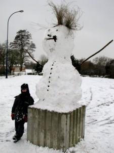 Le plus grand bonhomme de neige du monde (à droite sur la photo)