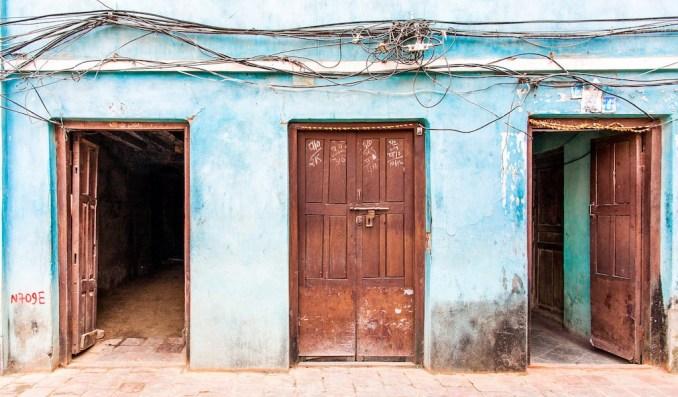 Trois portes mur bleu