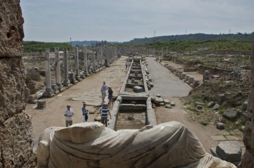 La voie à colonnes, depuis la statue de Kestros, Perge (Turquie - 14 avril 2013)