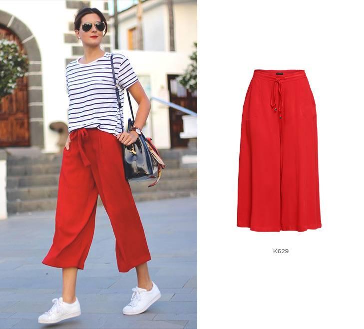 Pantacourt vermelha com blusa de listras