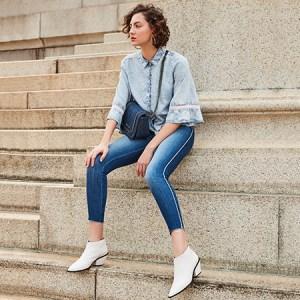 Calça jeans com listra lateral é tendência!