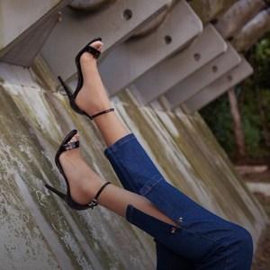 Quer usar salto com jeans? Saiba como combinar vários estilos!