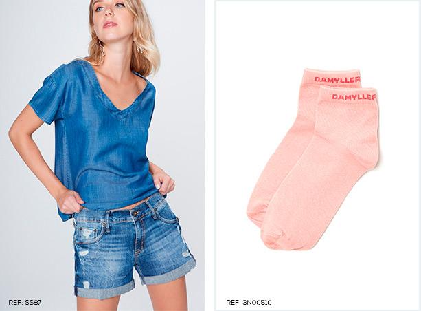 Camiseta em jeans molinho e short mini jeans com barra dobrada e desfiados. Meia rosa claro.