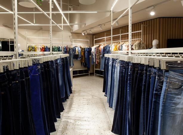 Expositores de calças jeans e das peças em malhas