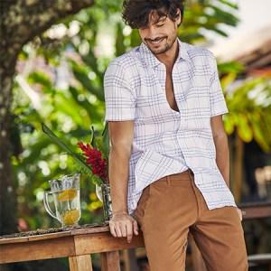 Como usar camisa estampada masculina no verão