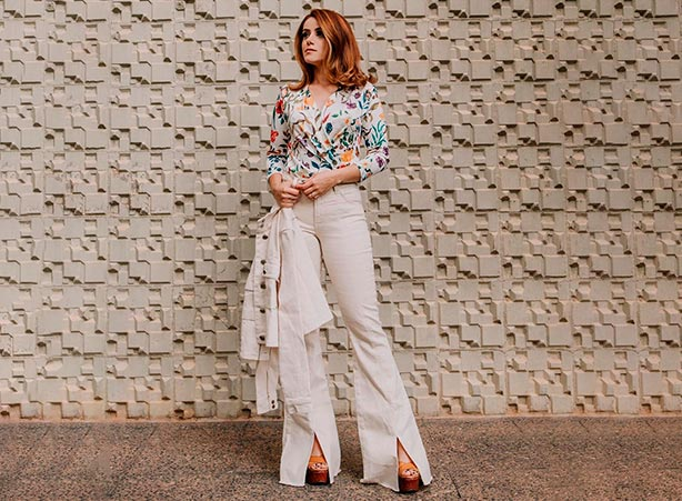 Calça flare branca com jaqueta jeans branca