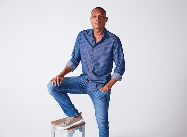 Calça jeans masculina com camisa social