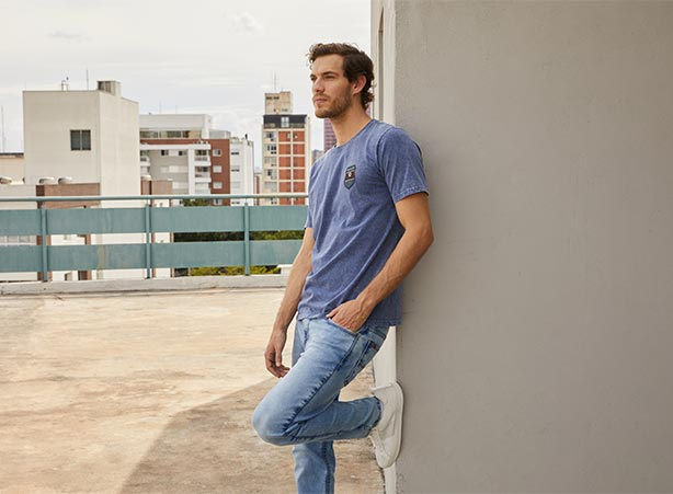 Calça jeans masculina com camiseta