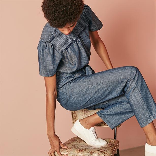 Look estiloso com jeans e tênis branco