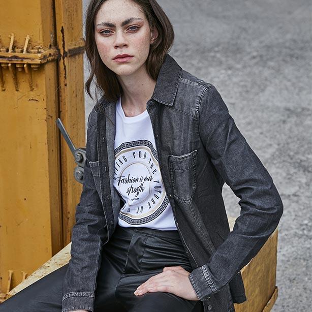 Look com jaqueta e calça preta
