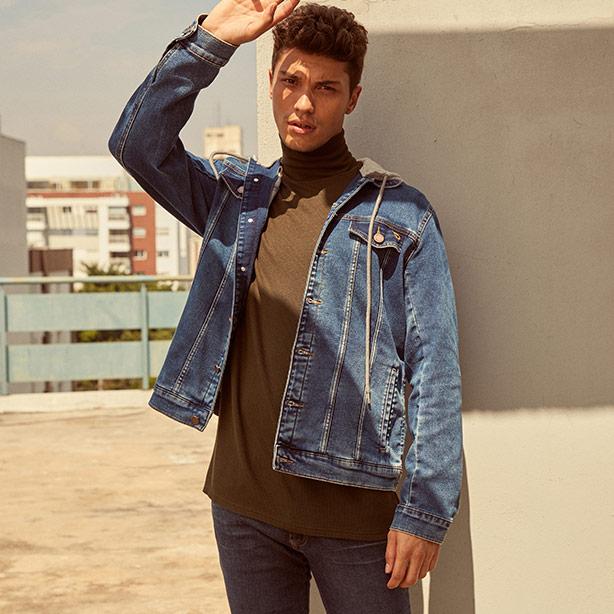 Blusa de gola alta com jaqueta masculina em jeans