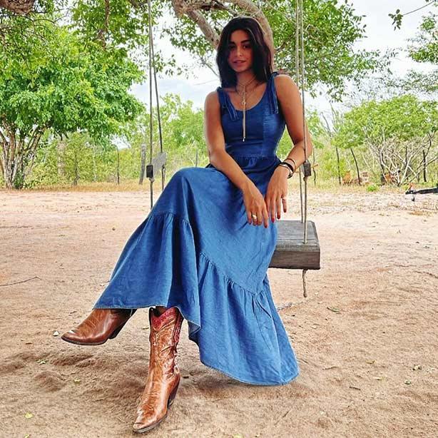 Breezy dress em jeans com bota cano alto