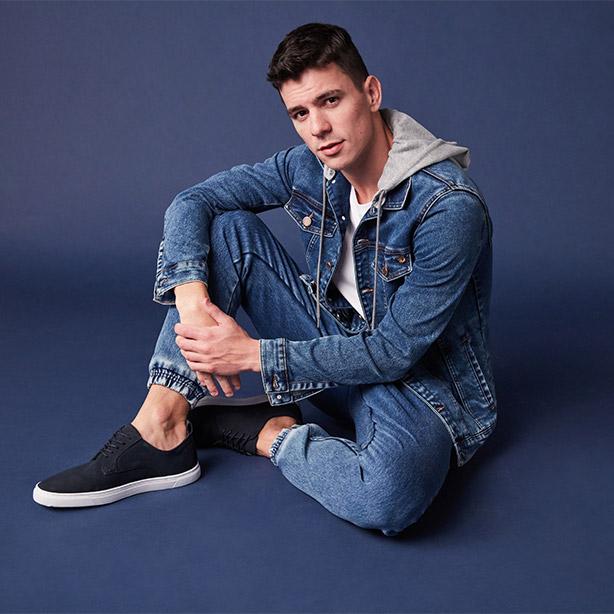 Look com calça jogger jeans masculina e jaqueta jeans