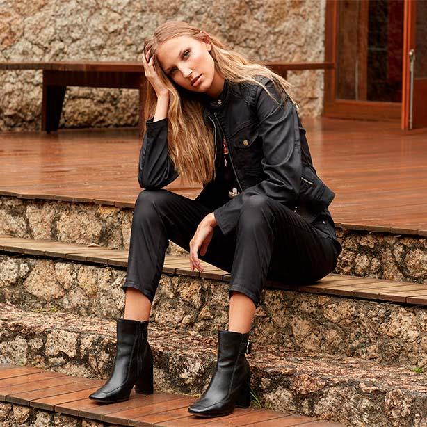 Look com jaqueta e calça pretas
