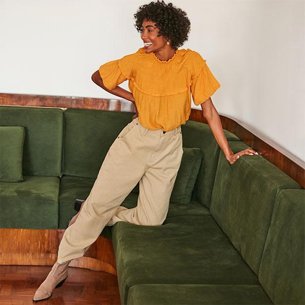 Blusa amarela com calça bege