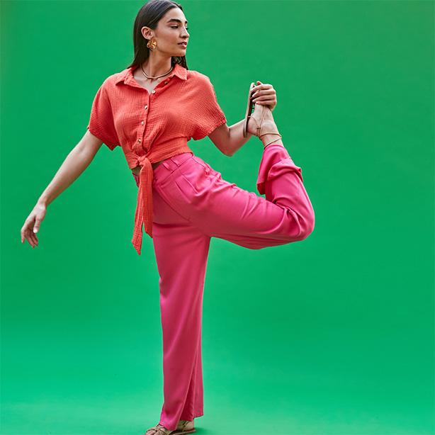 Look colorido com top laranja e calça rosa