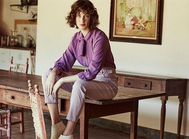 Look com camisa feminina lilás com mangas bufantes